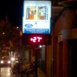 Periodismo ciudadano. 27 grados marcaba esta noche, en torno a las 23 horas, el termómetro de la calle del Reloj. Al mediodía llegó a marcar 41º en algún momento, según indicaron algunos ciudadanos a Ibañeza.es al enviar la foto tomada esta noche. La anunciada 'ola de calor' se ha dejado notar en La Bañeza, pero de una forma más leve de lo previsto. Para mañana se esperan máximas de 32 y mínimas de 16 grados. / Foto: Marcos