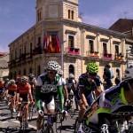 La tercera etapa de la XXVI Vuelta ciclista a Castilla y León pasó esta mañana por La Bañeza, ante una plaza Mayor llena de espectadores. Minutos antes de las 2 de la tarde, el centro de la ciudad aguardaba el paso del pelotón que, camino del Alto de la Laguna de los Peces pasó por La Bañeza tras haber salido de Benavente. La Vuelta fue retransmitida por Castilla y León Televisión.