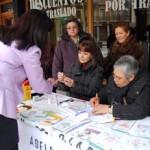Una ciudadana participa en las pruebas de glucemia realizadas por las voluntarias de Adelba.