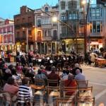 Concierto de la Banda Municipal de Música en la plaza Mayor de La Bañeza.