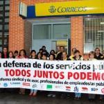 Concentración de trabajadores a las puertas de Correos en La Bañeza.
