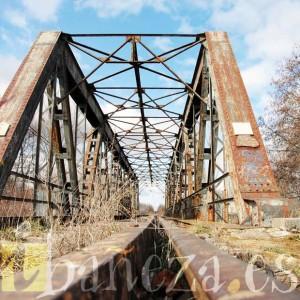 La Ruta de la Plata, que ha sido sometida a un constante expolio, cuenta con una infraestructura singular como el Puente de Hierro.