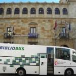 Imagen de archivo de un Bibliobús ante la sede de la Diputación de León.