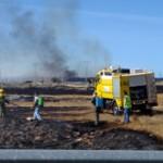 El incendio declarado cerca de Castrocalbóm obligó a cortar la carretera LE-110. / Foto: E. García