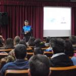 El policía Alberto Vilalta se dirige a los estudiantes del IES Vía de la Plata.