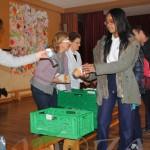 Un momento del reparto de bocadillos en el colegio Nuestra Señora del Carmen.