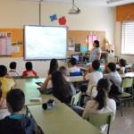 Los alumnos escuchan las explicaciones de Rocío Gallego.