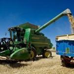 Fotografía de archivo de una cosechadora en un campo de cereales.