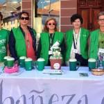 La presidenta (en el centro) con un grupo de voluntarias de la Junta Local de la AECC en La Bañeza.