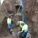 Los técnicos de Aqualia proceden a sustituir la bomba de impulsión de agua de la red de suministro.