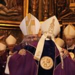El nuevo obispo de la diócesis de Astorga, Juan Antonio Menéndez Fernández, recibe el báculo de manos del nuncio, Monseñor Renzo Fratini. / Foto: Peio García