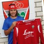 Andrea Martínez posa con su camiseta del Veguellina CF.