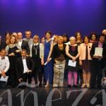 Fotografía de grupo de organizadores, jurado, participantes y patrocinadores al final de la gala.