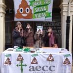 Cuatro voluntarias de la AECC con la imagen de la campaña.