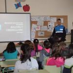 El agente Vilalta es el encargado de impartir las clases en los colegios.