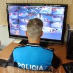 Un agente de la Policía Local vigila una de las pantallas del circuito cerrado de televisión.