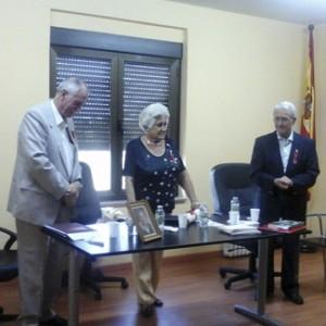 La viuda de Loewinsohn recibe el homenaje hacia su esposo.