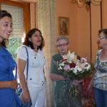 Carmen Martínez y Carmen González entregaron un ramo de flores a la mujer que ya es centenaria. / Foto: Rubén