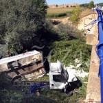 Estado en el que quedó el vehículo tras caer desde el puente.