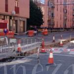 La realización de las obras ha motivado el cierre al tráfico en toda la calle.