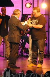 El alcalde, José Miguel Palazuelo, entrega el Corifeo a Miguel 925.