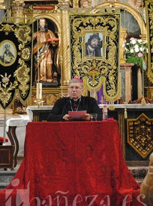 El obispo de Astorga, Juan Antonio Menéndez, durante el pregón de la Semana Santa de La Bañeza.