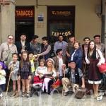 Los Otrora posan en una fotografía de grupo con la homenajeada delante del Estanco número 3.