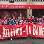 Los peñistas bañezanos, con la pancarta en la mano, a las puertas del Vicente Calderón.