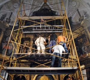 Para colocar la imagen fue necesario colocar un andamio en el presbiterio.