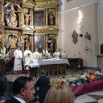Momento en que el alcalde realiza la ofrenda floral a la patrona de La Bañeza.