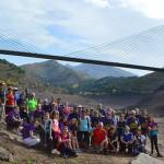 Fotografía de grupo con el puente de la autopista de fondo.