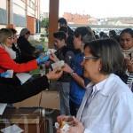 Reparto de chocolate con churros a los alumnos y profesores del IES Ornia.