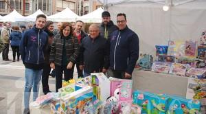 Los concejales visitan el stand de la juguetería de La Bañeza Toy Store.