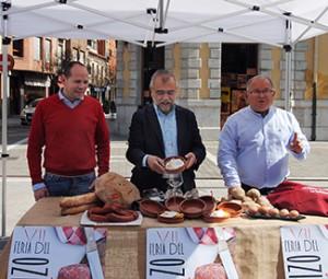 El alcalde, José Miguel Palazuelo, muestra una de las tarteras. Le acompañan Iván Martínez, del Mirador del Ermitage, y el concejal de Ferias, Tomás Gallego.