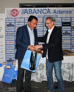 Luis Miguel Seco, gerente de Finca Valdemora, recibiendo un obsequio.