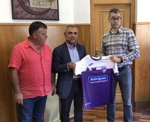 Nueva camiseta que lucirán los equipos de la Escuela Municipal de Fútbol de La Bañeza.