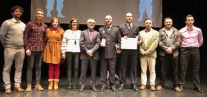 Representantes del Ayuntamiento de La Bañeza y de la Policía Local con el galardón.