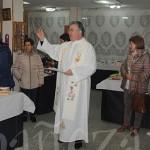 El sacerdote Jerónimo Martínez bendijo el rastrillo en el día de la inauguración.