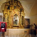 Mariano Nieto explica las intervenciones llevadas a cabo en el retablo.
