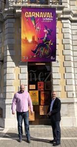 Fernando Lobato y José Miguel Palazuelo posan con el cartel del carnaval.