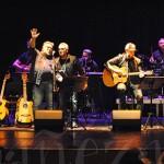 El concierto terminó con la actuación de todos juntos en el escenario.