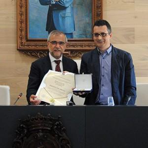 Luis Miguel Suárez recogió la distinción de manos del alcalde, José Miguel Palazuelo.