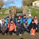Fotografía de grupo de los senderistas ante una de las esclusas.