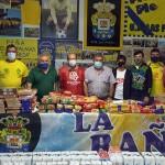 Momento de la entrega de los alimentos a Cáritas La Bañeza.