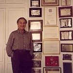 En su domicilio madrileño el maestro Odón Alonso junto a algunas de sus numerosas distinciones. Archivo personal de Odón Alonso y Gloria Franco.