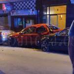 El turismo negro impactó contra los otros dos vehículos estacionados.